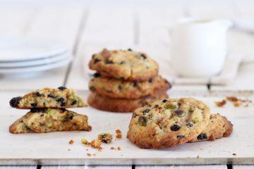 עוגיות שוקולד לבן מקורמל עם פיסטוקים ואוכמניות | צילום: נטלי לוין