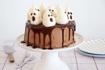 עוגת שוקולד גבוהה עם קישוט מרנג בצורת רוחות רפאים | צילום: נטלי לוין